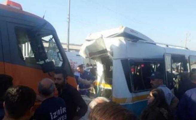 İzmirde kamyon, dolmuşa çarptı! 3'ü ağır 13 yaralı!