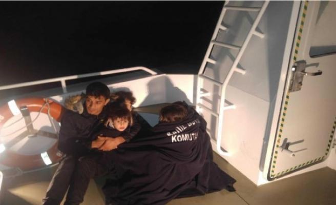 Sahil güvenlik, yarı batık bottaki baba ve 4 çocuğunu kurtardı
