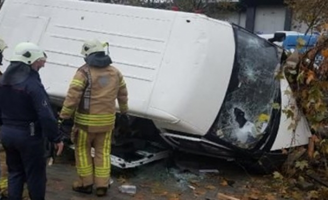 İstanbul'da servis minibüsü kaza yaptı!