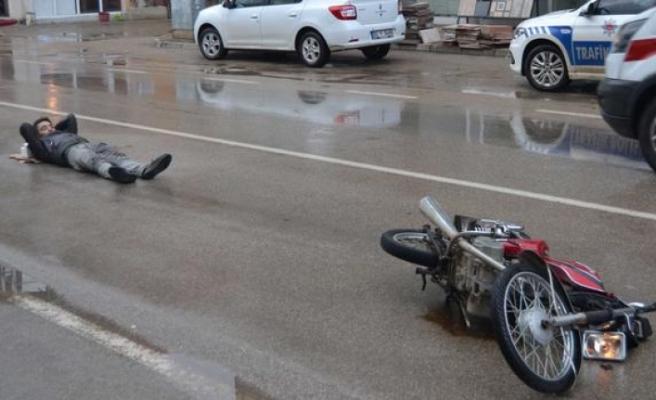 Kaza yaptı, ambulansı böyle bekledi
