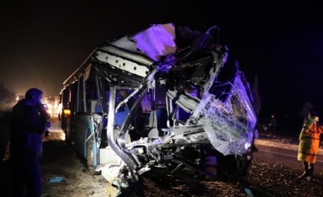 Otobüsle kamyon çarpıştı... Çok sayıda ölü ve yaralı var