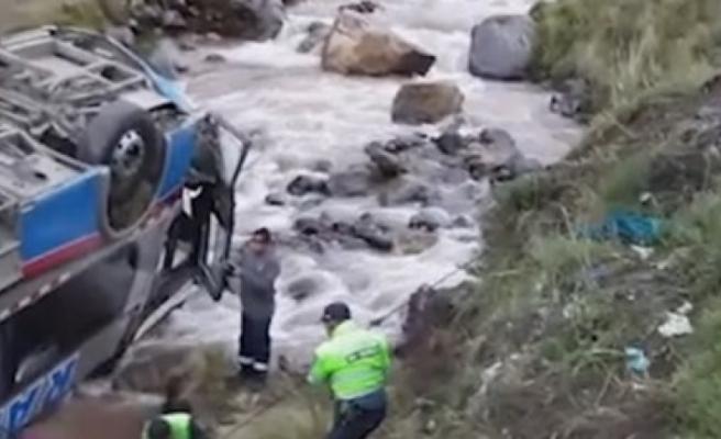 Peru'da otobüs nehre uçtu!