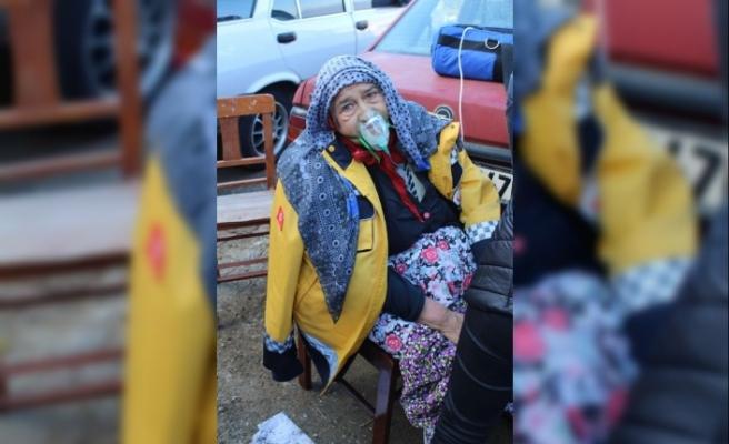 Yaşlı kadını, alevlerin arasından komşuları kurtardı