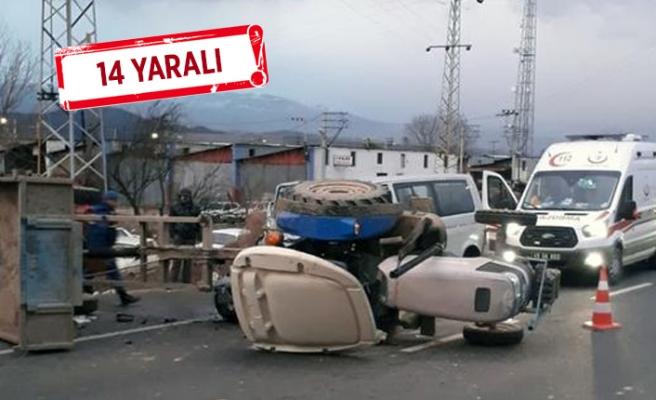Feci kaza: Minibüs ile traktör çarpıştı