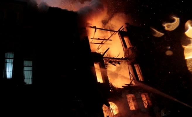 İstanbul'da 3 katlı metruk bina yandı!