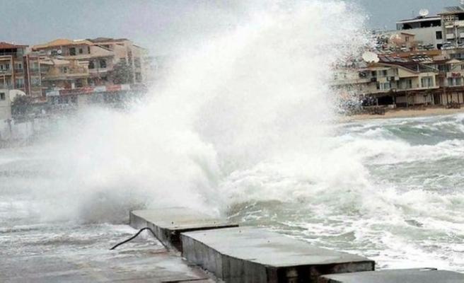 Kuzey Ege'deki 'fırtına' ulaşımı durdurdu