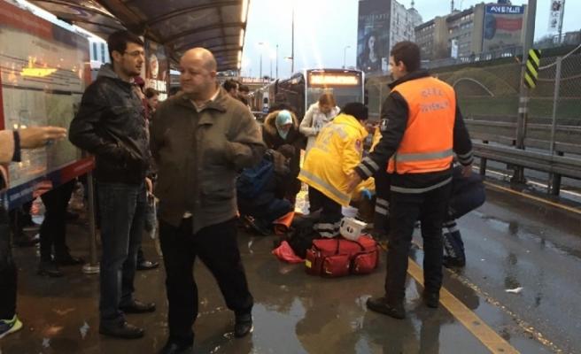Son dakika: İstanbul'da metrobüs yolcuya çarptı!.. Seferler aksıyor!