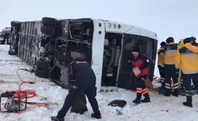 Sivasta feci kaza:Yolcu otobüsü devrildi!