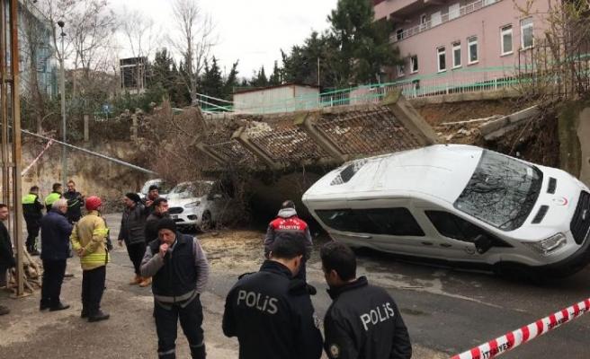 İstanbul'da istinat duvarı araçların üzerine çöktü!