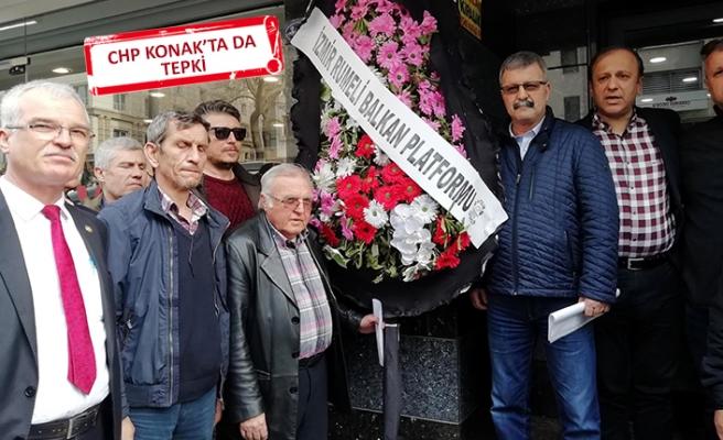 İzmir'de CHP'ye siyah çelenk bırakıldı