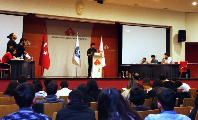 İzmir Ekonomi'de gençler münazara turnuvası düzenledi