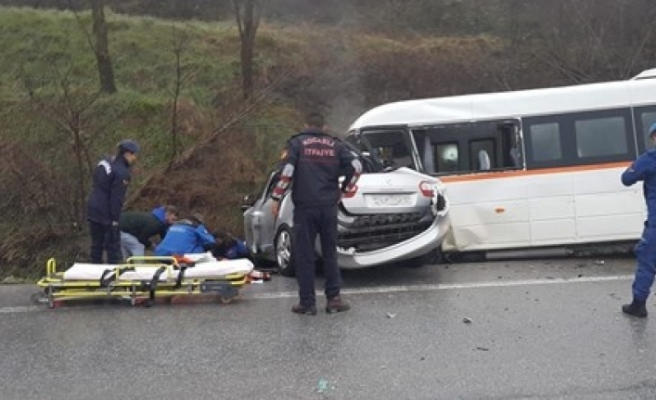 Kocaeli'de öğrenci servisiyle otomobil çarpıştı!