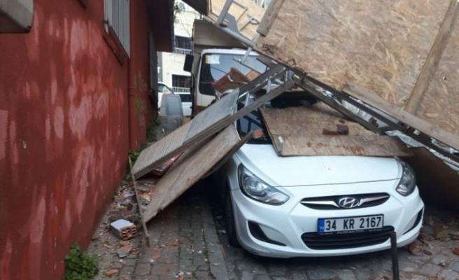 Fatih'te inşaat iskelesi çöktü!