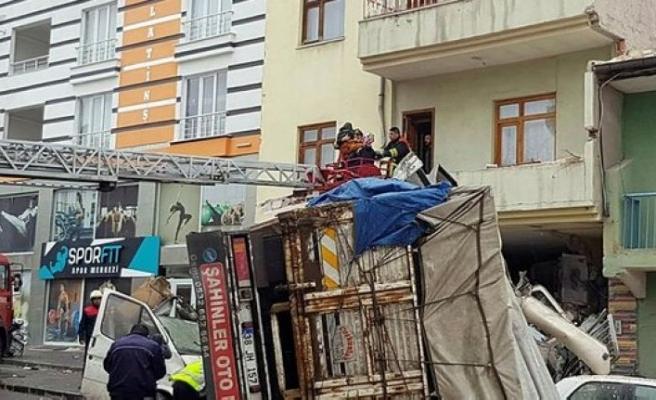 Freni patlayan kamyon eve girdi!