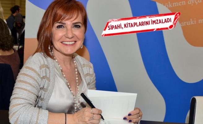 Berna Kumaş Sipahi, kitaplarını imzaladı