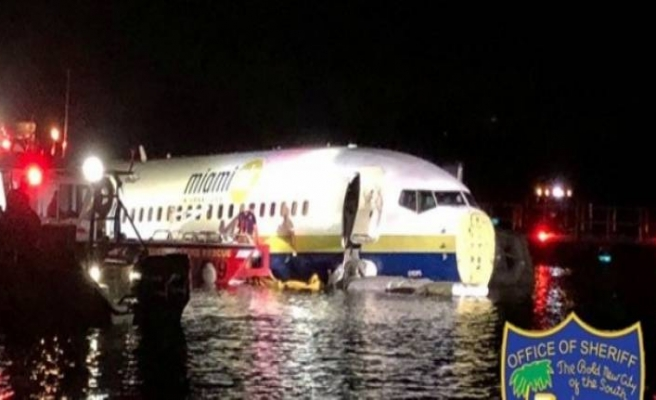 Uçak pistten çıkarak nehre girdi!