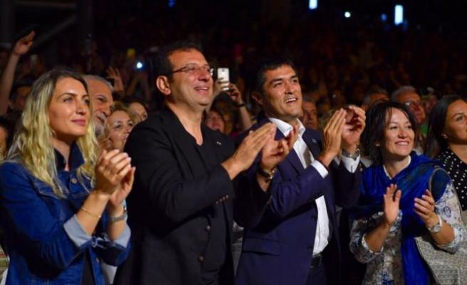 İmamoğlu, seçim stresini caz konserindeçocuklarla dans ederek attı