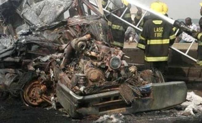 Nijerya'da kamyon ile otobüs çarpıştı: 19 ölü