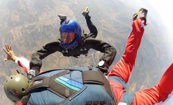 Tatilde adrenalin tutkunları uçaktan paraşütle atladı
