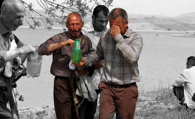 Yıkıldılar... Oğlunun eşyalarını gözyaşları içinde aldı