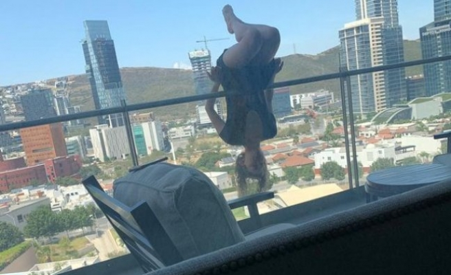 Balkonda yoga şovu yaparken 24 metreden düştü!