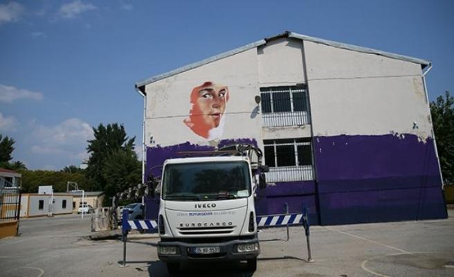 İzmir'in okul duvarlarına hayat verdi