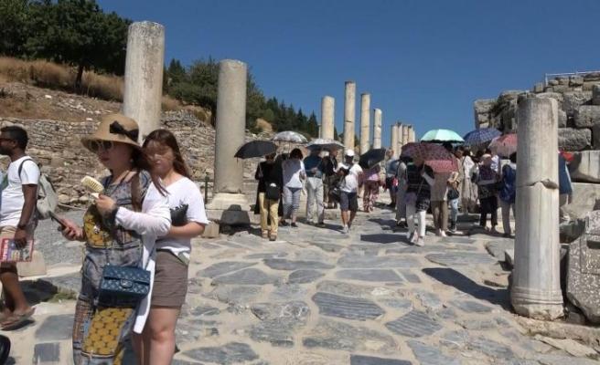 Sıcaklar yıldırmadı! Efes Antik Kenti'ni günde kaç kişi ziyaret ediyor?