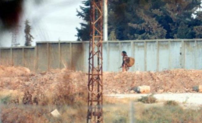 Türkiye'den görüntülendi: Sınırda silahla dolaşıyorlar!