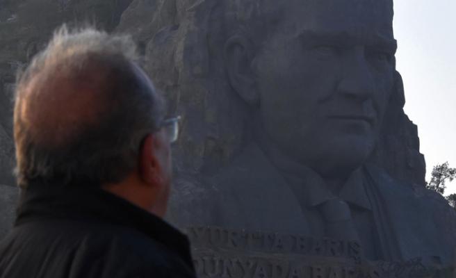 Atatürk Maskı'na bakarak saygı duruşu