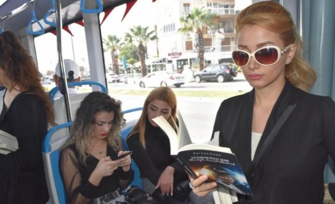 Öğretmenler tramvayda Atatürk'ü anlatan kitaplar okudu
