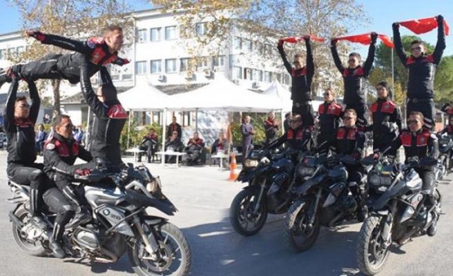 İzmir polisinden akrobasi şovu!