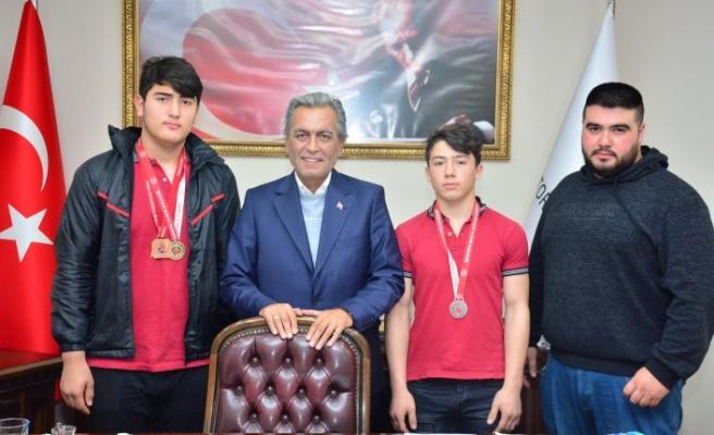 Şampiyonlardan Başkan Uygur'a ziyaret