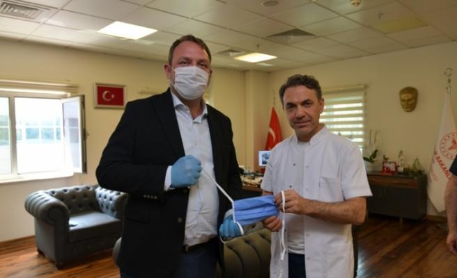 Başkan Utku Gümrükçü, 3 bin maskeyi teslim etti