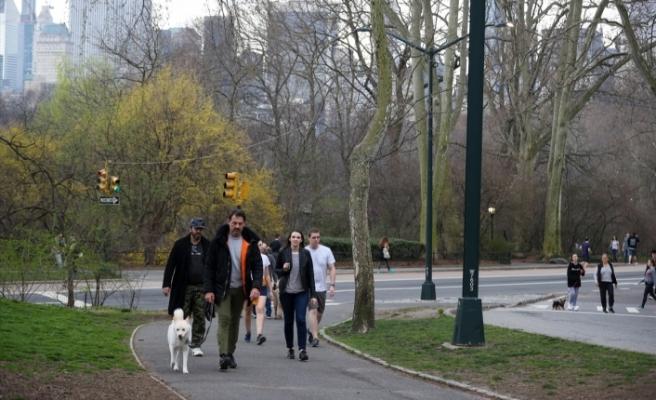 New Yorklular sokağa çıkma yasağı öncesi güzel havanın tadını çıkardı