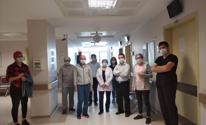 Koronavirüsü yenen sağlık memuru alkışlarla görevine döndü