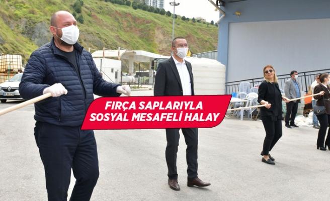 Çiğli'de fırça saplarıyla sosyal mesafeli 1 Mayıs halayı