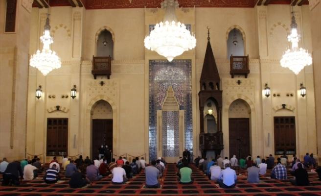 Lübnan'da camilerde cuma namazı kılındı