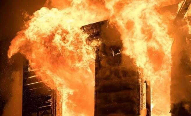 İzmir'de depo olarak kullanılan binada yangın!