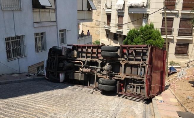 İzmir Konak'ta kamyon rampa çıktığı sırada devrildi!