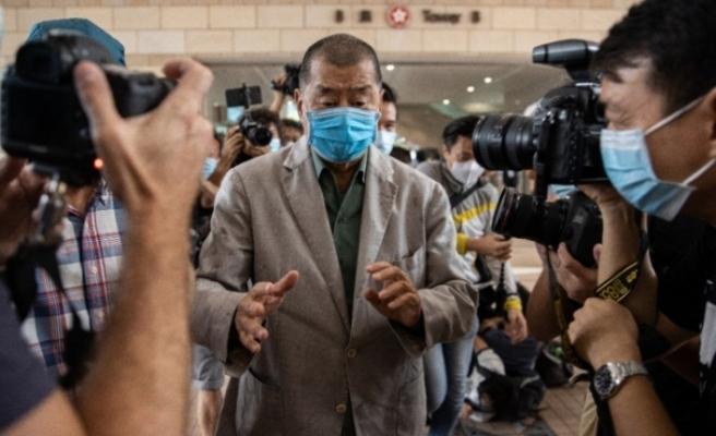 Hong Kong'da polis muhalif medya patronunun ofisine baskın düzenledi