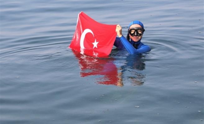 Şahika Ercümen, İzmit Körfezi'nde batırılan yolcu gemisinin etrafında dalış yaptı