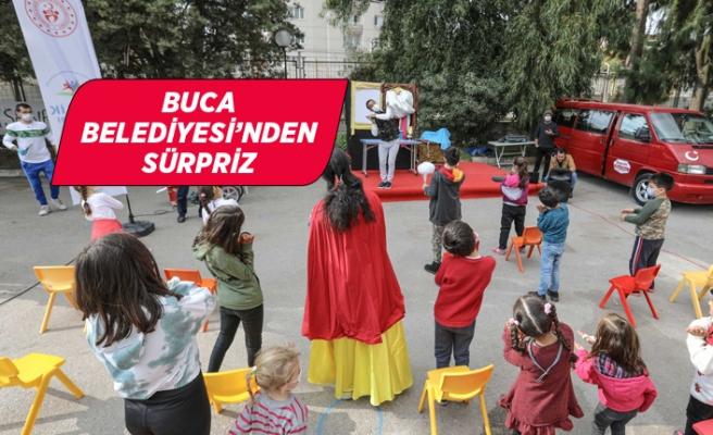 Çadır kentte çocuklara eğlence sahnesi