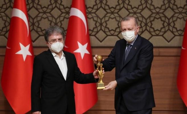 Ahmet Hakan'a medya Oscar'ı! Ödülünü Cumhurbaşkanı Erdoğan'ın elinden aldı