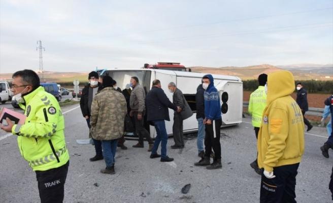 Manisa'da minibüs ile otomobil çarpıştı: 7 yaralı