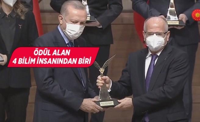 Ödülünü Cumhurbaşkanı Erdoğan'ın elinden aldı