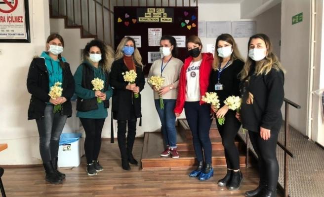 Bergama Belediyesi Nergis çiçeği dağıttı