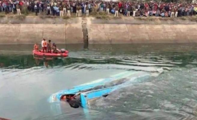 Hindistan'da yolcu otobüsü kanala düştü : 40 ölü