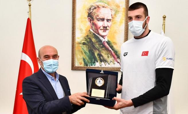 İzmir'e gurur yaşatan milli yüzücü Sakçı Başkan Soyer'i ziyaret etti