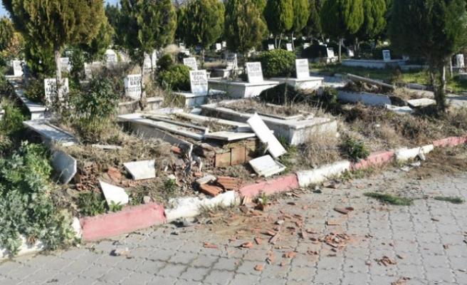 Manisa'da mezarlıklara çirkin saldırı