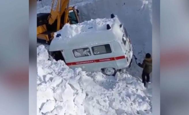 Rusya'da hasta almaya giden ambulansın üzerine çığ düştü